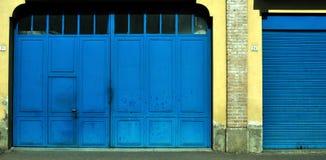 blåa dörrar Royaltyfri Fotografi