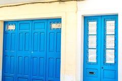 Blåa dörrar i Bugibba, Malta Arkivfoton