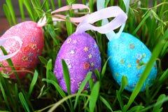 Blåa dekorativa ägg på en bakgrund av grönt gräs Påsk arkivbild