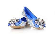 blåa delar prydde med ädelsten skor Arkivbilder