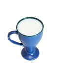 blåa den isolerade kopphighen mjölkar Royaltyfria Bilder