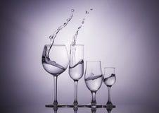 blåa dof-exponeringsglas blir grund wine Arkivbilder