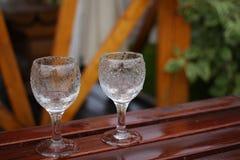 blåa dof-exponeringsglas blir grund wine arkivfoto