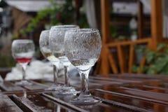 blåa dof-exponeringsglas blir grund wine royaltyfria foton