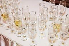 blåa dof-exponeringsglas blir grund wine arkivbild