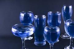blåa drinkexponeringsglas Royaltyfri Bild