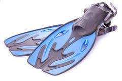 Blåa dykningskyddsglasögon, snorkel och flipper isolerat Royaltyfri Foto