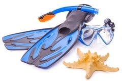 Blåa dykningskyddsglasögon, snorkel och flipper isolerat Fotografering för Bildbyråer