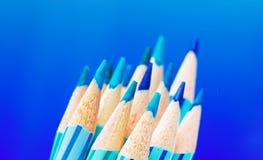 blåa färgblyertspennor Arkivfoton