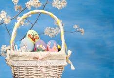 blåa färgrika easter för backgroubasketful ägg Royaltyfria Foton
