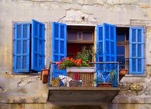 blåa fönster Arkivfoto