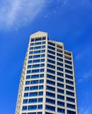 Blåa fönster i konkret byggnad i Seattle arkivbild