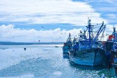 Blåa fartyg i porten royaltyfri fotografi