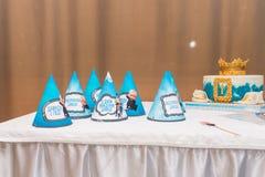 Blåa feriehattar, födelsedagkaka Begrepp av partiet för födelsedag för barn` s royaltyfri fotografi