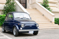 Blåa Fiat 500 Royaltyfri Bild