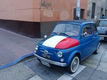 Blåa Fiat 500 i samlarevillkor lima peru Arkivbild