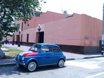 Blåa Fiat Nuova 500 med den italienska flaggan målade, Lima Royaltyfri Foto