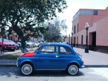Blåa Fiat Nuova 500 med den italienska flaggan på huven, Lima Arkivbilder