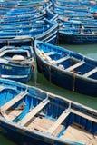 Blåa fiskebåtar i hamnen av Essaouira Arkivbild