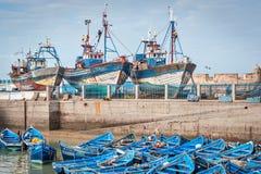 Blåa fiskebåtar och ships i hamn Arkivbild