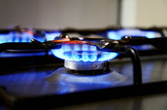 Blåa flammor från gasugnen Arkivfoton
