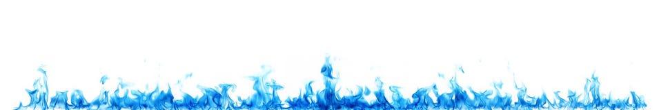 Blåa flammor på vit arkivbild