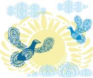 Blåa fredduvor på bakgrunden av den gula solen med moln Fåglar av paradisflyget in mot himlen Mönstrade fåglar Royaltyfri Fotografi