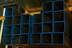Blåa fyrkantiga metallrör Royaltyfri Foto
