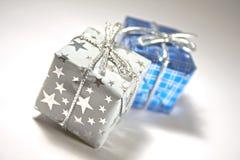 blåa gåvapresents silver två Arkivbilder