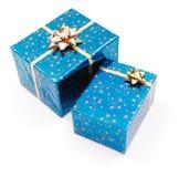 Blåa gåvor på white Arkivfoto