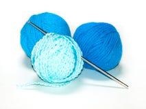 blåa garner för virkningkrok tre Fotografering för Bildbyråer