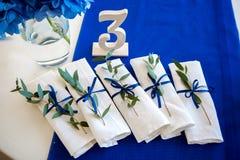 Blåa garneringar på brölloptabellen Arkivfoton