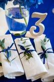 Blåa garneringar på brölloptabellen Royaltyfria Foton
