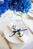 Blåa garneringar på brölloptabellen Fotografering för Bildbyråer