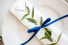 Blåa garneringar på brölloptabellen Arkivfoto