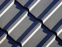 Blåa grå färger som taklägger från metallplattan Arkivbild