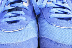blåa gymnastikskor arkivfoto