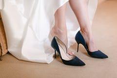 Blåa härliga brudskor som gifta sig detaljer sätter den övre siktskvinnan för slutet på att gifta sig skor Arkivfoton