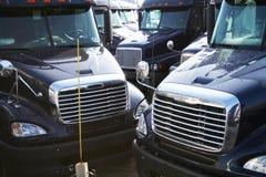 blåa halva lastbilar Arkivfoto