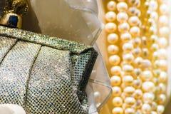Blåa handväska & pärlor Arkivfoton