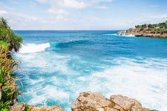 Blåa hav- och avbrottsvågor Fotografering för Bildbyråer