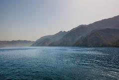 Blåa hav och berg Arkivbild