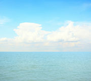 Blåa hav och moln på himmel Royaltyfri Fotografi