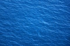 Blåa havsyttersida och vågor stänger sig upp Arkivbilder
