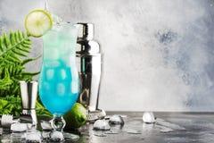 Blåa Hawaii eller blå lagun - alkoholiserad coctail för sommar med vodka, likör, uppiggningsmedel, ananasfruktsaft och is, i hög  arkivfoto