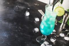 Blåa Hawaii eller blå lagun - alkoholiserad coctail för sommar med vodka, likör, uppiggningsmedel, ananasfruktsaft och is, i hög  royaltyfria foton