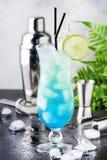 Blåa Hawaii eller blå lagun - alkoholiserad coctail för sommar med vodka, likör, uppiggningsmedel, ananasfruktsaft och is, i hög  arkivbilder