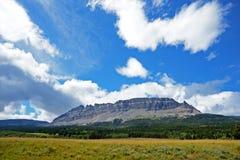 Blåa himlar över en bergstopp i glaciär Arkivfoto