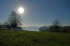 Blåa himlar för vintersol Royaltyfri Foto