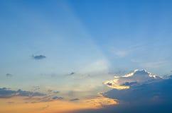 Blåa himlar med några moln i himlen är ljusa Royaltyfria Bilder